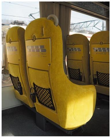 座席背面や肘掛けの下部も布地で覆われている独特のデザイン。ソファをイメージしている