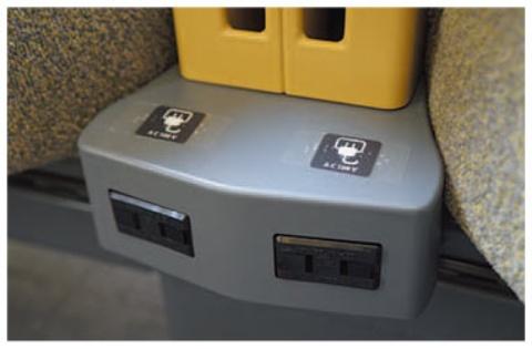 電源コンセントが全席に備わる。公衆無線LANサービスも提供される