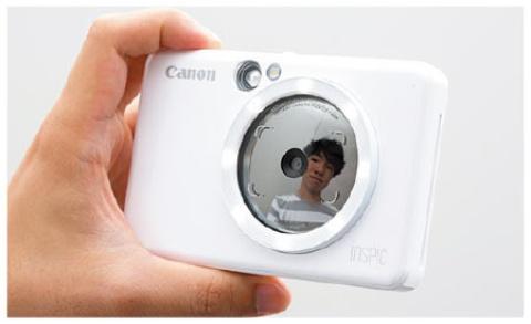 レンズの周りは鏡で、自撮りの際に便利だ