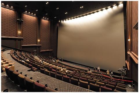 国内最大の巨大スクリーンを備えるシアター。IMAXは通常料金に加え700円(税込み。2Dの場合)の特別鑑賞料金がかかる
