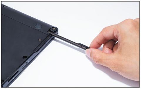 ペンは本体の右側面に収納できる。ペンの長さは約133mm(編集部測定)と短め