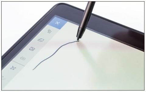 ワコム製の電磁誘導ペンが付属。ペンを素早く動かしても遅延は気にならない