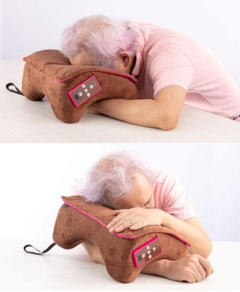 基本的な使い方となる、正面からうつぶせ寝するスタイルはフィット感が高い。腕を通す使い方は枕が浮いてしまうので少し窮屈な印象