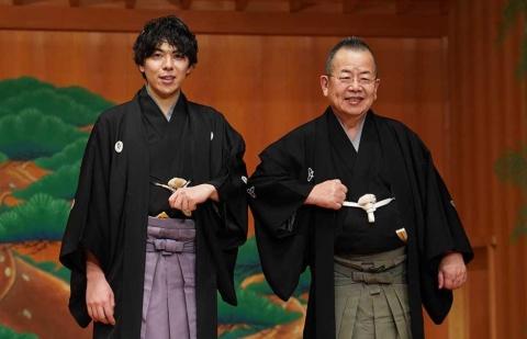 吉本興業が活動をサポートする野村太一郎(写真左)。右は、同社所属の落語家・桂文珍