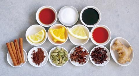 成城石井のクラフトコーラは、ショウガやシナモン、カルダモン、クローブなど6種のスパイス(写真下段)に、レモンやカムカム、グレープフルーツ、オレンジの4種のフルーツ果汁(同中段)、くんせい酢や砂糖、カラメルシロップ(同上段)などを混ぜた(写真提供/成城石井)