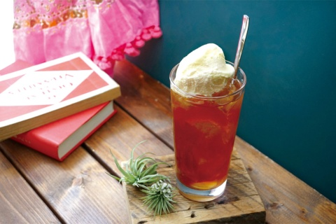 バイヤーは、バニラアイスをのせたコーラフロートのアレンジを勧める(提供/成城石井)