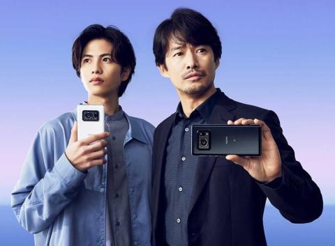 テレビCMでは、竹野内豊(写真右)と志尊淳(同左)を会社の上司と部下という設定で起用。AQUOS Rシリーズの中心利用層である40~50代に加えて、若者の取り込みも狙う
