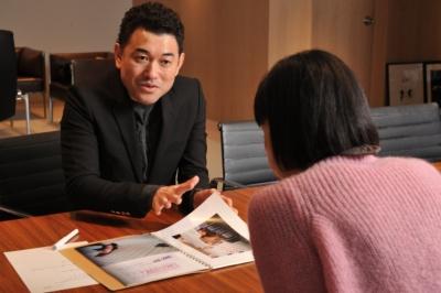マッシュホールディングスの近藤広幸(こんどう ひろゆき)社長は1975年茨城県生まれ。1999年、CG制作を目的としてマッシュスタイルラボを設立、2005年ファッション事業に参入し、「スナイデル(snidel)」「ジェラート ピケ(gelato pique)」が人気ブランドに。2013年に持ち株会社としてマッシュホールディングスを設立、多岐にわたる事業展開を行う。現在は国内10社海外8社からなるマッシュグループ各社の会長職、社長職を兼務
