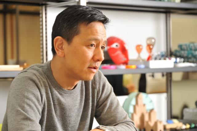 ウェルカム代表の横川正紀氏は1972年東京生まれ。2000年にジョージズファニチュア(現ウェルカム)を設立。「シボネ(CIBONE)」や「ジョージズ(GEORGE'S)」など複数のライフスタイルブランドを展開。同時に併設するカフェをきっかけに食との関わりを深め、03年にニューヨーク発「ディーン&デルーカ(DEAN&DELUCA)」の日本での展開をスタート。07年以降は六本木の国立新美術館のミュージアムショップ「スーベニアフロムトーキョー」をはじめ、公共施設やコンセプトストアのディレクション業務、内装設計、コンサルタント業務なども積極的に行う。その後も、12年に食とくらしをテーマにしたショップ「トゥデイズスペシャル(TODAY'S SPECIAL)」を展開するなど、衣食住の垣根を越えた新たな試みを重ねて「味わいあるくらし」を提案している