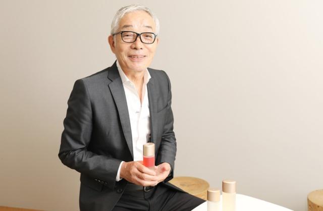 石橋 寧(いしばし やすし)氏は1951年生まれ、鹿児島県出身。大学卒業後、国内化粧品メーカーに就職。「RMK(アールエムケー)」「SUQQU(スック)」など百貨店ブランドを立ち上げ、2008年にACRO(アクロ)を設立。09年に「NATURAL・HONEST・CREATIVE」を指針とする「THREE」を立ち上げる。原料の生産地や商品開発に立ち会い、ブランド構築に現場で携わることを信条としている