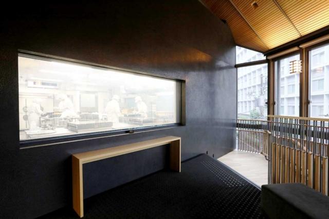 3階では職人たちが菓子を作っているさまを窓越しに見られる