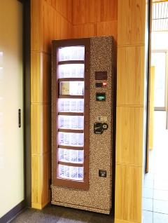 1階の隅に自動販売機を設置