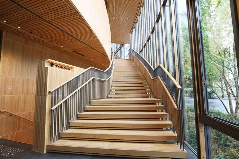 木を多用し、ゆったりと作られた階段