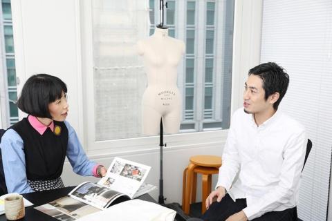 ファクトリエ代表の山田敏夫氏(右)は1982年、熊本の老舗洋品店に生まれた。2012年にライフスタイルアクセントを設立し、「ファクトリエ」を開始