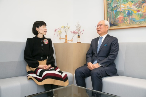 ルミネの新井良亮相談役(右)は日本国有鉄道に入社し、電車運転士や新宿駅、渋谷駅で勤務した後、国鉄とJRの人事関係業務に約20年携わる。1987年、国鉄分割民営化により東日本旅客鉄道(JR東日本)に入社。東京地域本社の事業部長、本社常務取締役を経たのち、エキナカやウオータービジネスなどさまざまな新規事業を立ち上げる。2009年代表取締役副社長・事業創造本部長に就任。11年ルミネ代表取締役社長を兼務、12年JR東日本副社長を退任。17年ルミネ取締役会長に就任。18年同社取締役相談役に就任