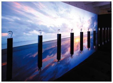 ミラノサローネでの展示「THE FLOW OF TIME」。形状の異なる12体の透明なオブジェに、200以上からなるスプリングドライブの時計部品を封入。オブジェの背後には、太陽や天体の軌道、舞い散る花びら、水紋などの映像を投映し、時の移ろいを表現している。DSA日本空間デザイン賞2018金賞およびSDA賞(第52回日本サインデザイン賞)銀賞を受賞。2018年10月に東京・青山で凱旋展示を開催した他、今後海外にも巡回する予定 プロデュース:桐山登士樹氏/クリエイター:吉泉聡氏(TAKT PROJECT)、阿部伸吾氏
