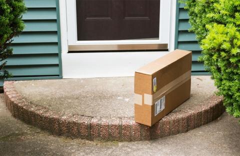 玄関先に置き配された荷物のイメージ(写真/Shutterstock)