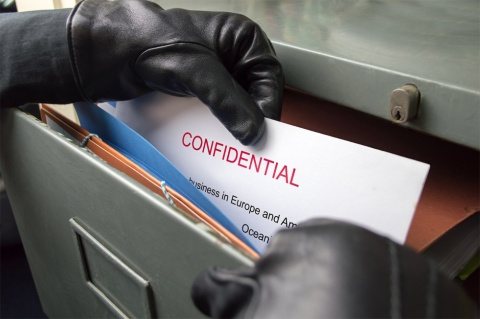 企業の重要情報が従業員による持ち出しなどで流出するケースは少なくない(写真/Shutterstock)