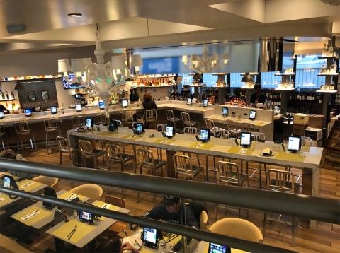 ニューアーク・リバティー国際空港では、さまざまな場所にタブレット端末を据え付けることでキャッシュレス化を推進する