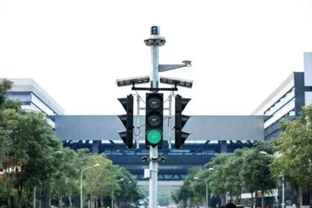 試験用の道路交差点に設置される、センサーの搭載された信号機の様子(バイドゥのサイトから)