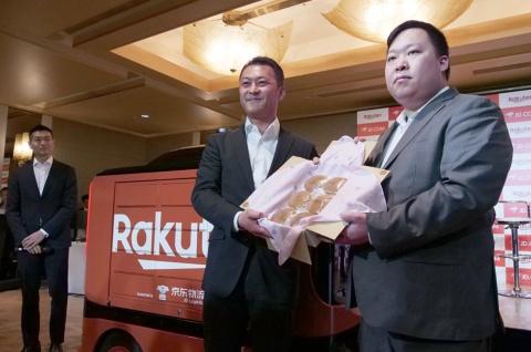 楽天常務執行役員の安藤公二氏(中央)と京東集団の副総裁でX事業部総裁の肖軍(ショウジュン)氏(右)。自動配送ロボットで楽天から配送された荷物を受け取った