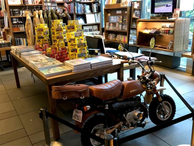 代官山 蔦屋書店2号館1階のクルマ・バイクフロア。アパレルブランド「VINTAGELOVERS(ヴィンテージラヴァーズ)」のカスタムバイク「Vintagelovers Original Monkey」(税別98万円)はホンダの50CCバイク「モンキー」をカスタマイズしたもの