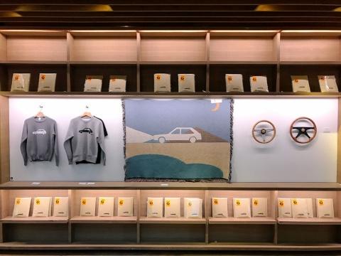 代官山 蔦屋書店2号館1階の階段下ギャラリースペースで開催されている「DRIVE by Jerry UKAI & TACOMA FUJI RECORDS」。2019年1月21日から2月20日まで
