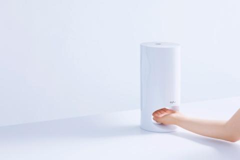 「オプチューン」は、肌をスマホで撮影するだけで環境情報や睡眠データを加味したその時にピッタリのスキンケア成分をマシンから抽出してくれる。スキンケアに手間を掛けられない忙しく充実した30~40代をターゲットにしている