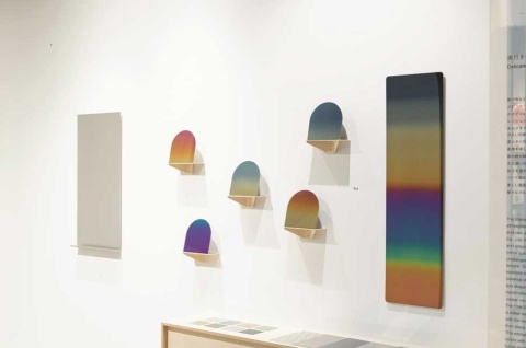 「MATERIAL DESIGN EXHIBITION 2019」で出展したプレート。酸化皮膜による発色により、見る角度によってさまざまに色が変化する(写真提供/マテリアルコネクション東京)
