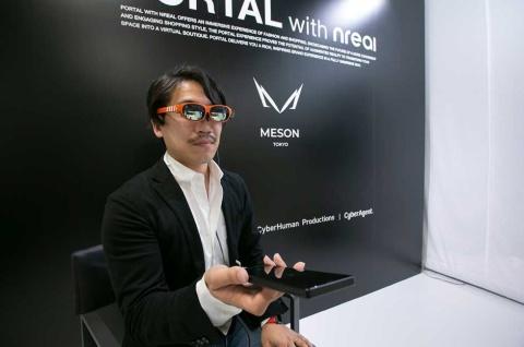 中国エンリアルのNrealLight。一見すると普通のサングラス。スマホか外付けの専用ユニットをつないで利用する