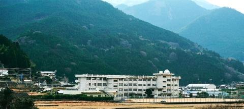 「神山まるごと高専(仮称)」は、徳島県・神山中学校から譲り受けた校舎を使用予定。学校長(予定)に高専出身者でZOZOの元CTO、大蔵峰樹氏、クリエイティブディレクターにウエディングビジネスのCRAZY(東京・渋谷)創設者、山川咲氏が名を連ねる