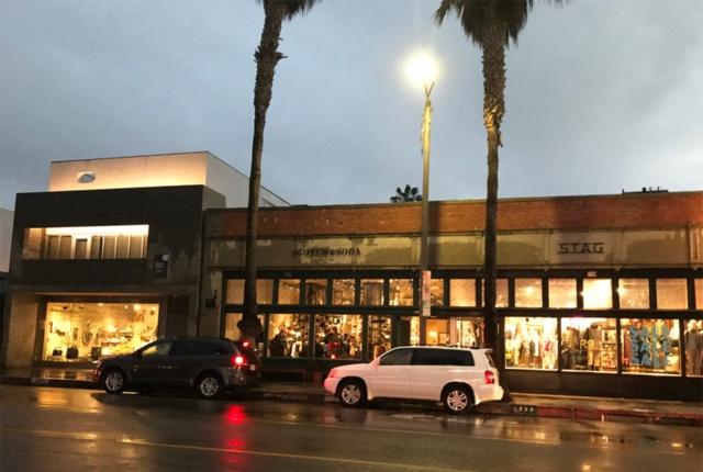 サンタモニカのベニスビーチ近くにあるアボットキニー通り。おしゃれな洋服や雑貨店、カフェが点在するトレンドスポットになっており、若者が多く集まる