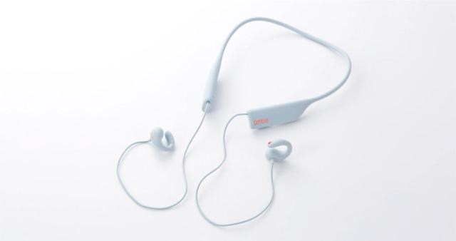 2018年4月に発売された「wireless earcuffs」。1万2000円(税別)。「『ながら聴き』のコンセプトをより強調するためには、デバイスを意識させないようにしたかったので、ワイヤレス化は必然的だった」(三原氏)