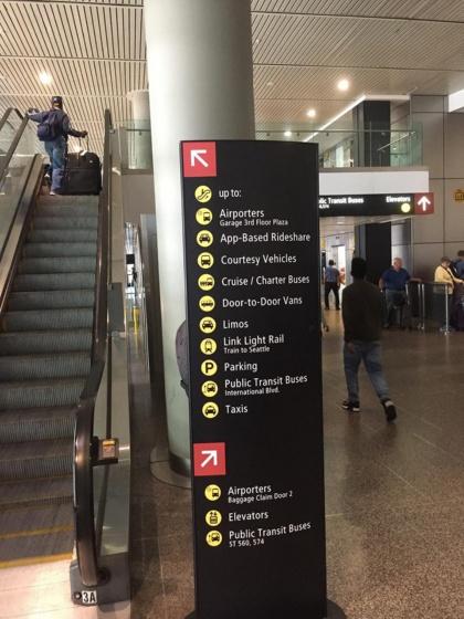 シアトル・タコマ国際空港の出口にある乗り継ぎ案内板。様々な交通手段が表記されており、モビリティの多様性を象徴するような光景
