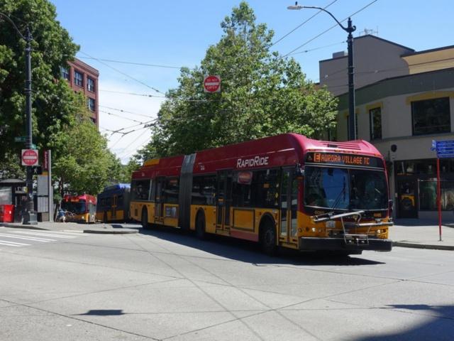 シアトル市民の足となっているBRT。リフト付きの連節バスは全扉から乗降可能で、車両前方には自転車を搭載できる