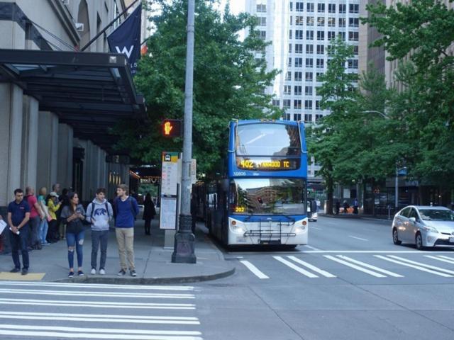 通勤通学の足として人気の2階建て路線バス