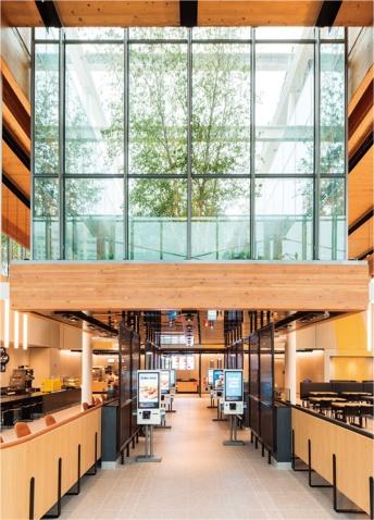米シカゴにオープンしたフラッグシップ店の内部。建物はガラス張りで、多くの木が配置された広々とした空間となっている。デザインを手掛けたのは、ロス・バーニー・アーキテクツ