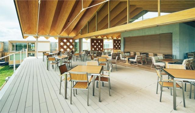 レストランやカフェとして使用する共用棟のテラス。屋根のジャバラ構造がよく分かる