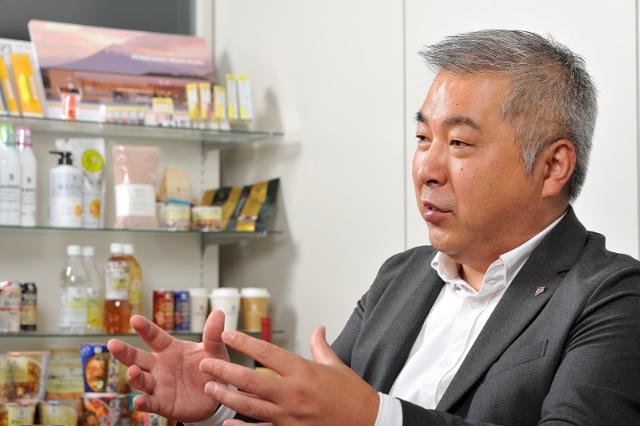 日本コダック(現コダック)、日本コカ・コーラ、西友、ドミノ・ピザ ジャパンなどでマーケティング関連の職務を歴任。日本コカ・コーラではiモードでコカ・コーラが買える自販機システム「Cmode」の立ち上げを担当。それ以来、「購買=ブランド選択+チャネル選択」という式の解を模索し続ける。西友では企業イメージを一変させるキャンペーンを連発。ブランドの構造はカテゴリーによって違うことに気付き、全カテゴリーのブランド構築に対応できる方法の開拓に頭を悩ませる。座右の銘として今のお気に入りは「過ぎたハンサム休むに似たり」「渾身のアイデアは全てを解決する」