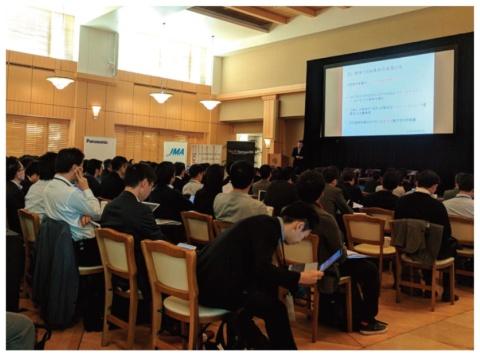 米スタンフォード大学で開催された「Silicon Valley-New Japan Summit 2018」の様子。壇上での講演やパネル・ディスカッション以外に、現地スタートアップによるデモも行われた