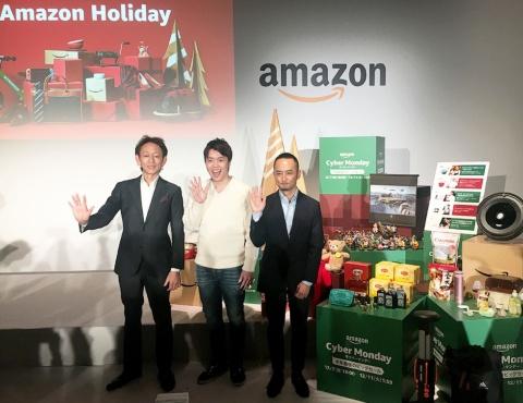 サイバーマンデーの目玉商品を背に意気込むアマゾンジャパンの担当者とユーチューバーのMasuoTV氏(写真中央)