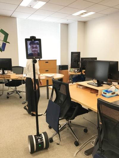 """オフィスをめぐる。""""足元""""が下向きのカメラを通して見えるので、イスなどの障害物をよけられる"""