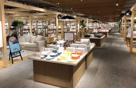島忠とTSUTAYAが横浜にオープンした新業態店。約5000点の家具と約20万冊の本、雑貨、カフェを組み合わせ、新しいライフスタイルを提案する