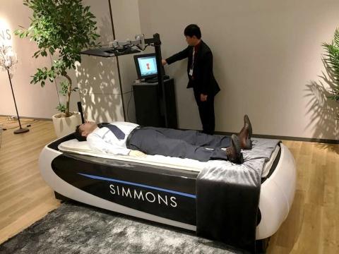 横になるだけで体圧が測定できる、世界に1つだけのシモンズベッド。オープン記念で12月16日まで設置し、19年2月以降に改めて常設する計画