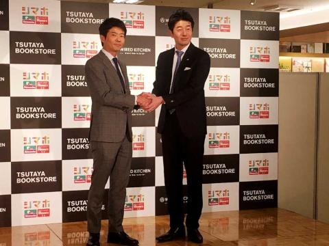 がっちりと握手する島忠の岡野恭明社長(左)と首都圏TSUTAYAの杉浦敬太社長(右)