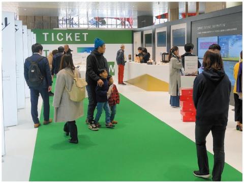 多くの顧客が大宮駅構内の展示スペースを訪れており、「未来の駅サービス」を体験していた
