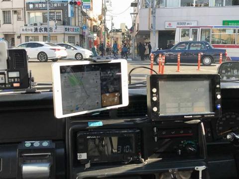 タクシー車内にはDiDiの端末(左)が配置されていた