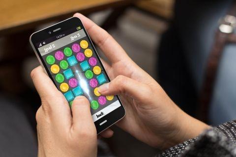 シニア世代にも広がるスマホゲーム (c)Shutterstock