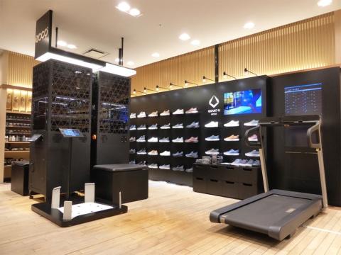 伊勢丹新宿店メンズ館の紳士靴売り場に、3Dプリンター(左)と3D足型測定器(左下)、トレッドミル(ランニングマシン、右)を設置した