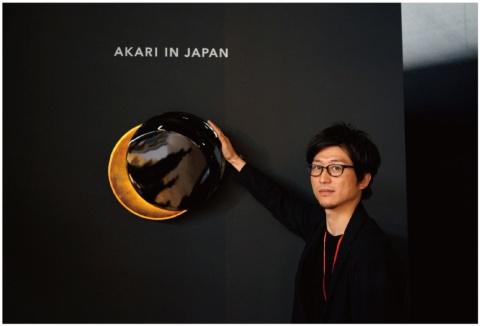 「MICHIKAKE」と、TAKT PROJECT代表の吉泉聡氏。蒔絵技術とNC技術を使用